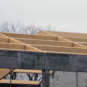 drewno klejone na dach hali sportowej